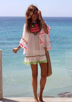 Vestido de praia branco pom pons