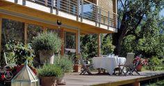 Dieses Ökohaus sollte traditionelle und moderne Elemente vereinen. Daraus entstand die Idee, einen weiten Dachüberstand mit großzügigen Glasfronten zu kombinieren. - Haus Schauer