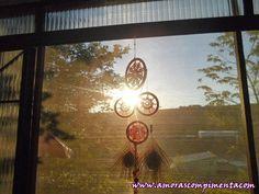 O Filtro dos Sonhos é um artefato indígena nativo americano originado na tribo dos Ojibwa. Durante o movimento de revitalização cultural indígena dos anos 60 e 70, foram adotados por nativos americanos de diversas nações. Passaram a ser vistos como um símbolo da unidade entre as várias nações indígenas, e como um símbolo geral da identificação com as primeiras culturas das nações.