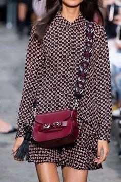 В этом сезоне выбирайте маленькие сумки на широком ремешке.