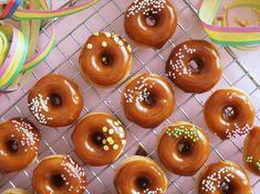 Salted Caramel Donitsit (Uunissa paistetut) on erittäin herkullisia pieniä donitseja, jotka paistuvat kätevästi ja nopeasti uunissa donitsipellillä. Doughnut, Donuts, Caramel, Salt, Baking, Desserts, Food, Frost Donuts, Sticky Toffee