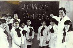 """El Maestro Óscar Washington Tabárez, con sus alumnos y escribiendo: """"Uruguay Campeón"""""""