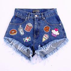 Granatowe szorty jeansowe z wysokim stanem i ostro wyciętą nogawką! Gładkie, bez uszkodzeń, ozdobione słodkimi naszywkami wykoannymi według projektu Missdenim. Keep it simple