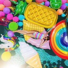 SOOO excited to finally share the first of the awesome parties we shot in Palm Springs!!!! We're kicking things off with an EPIC balloon pool party!!! Head to the blog to see all the fun and learn more about everything you're going to see over the next few months!!!! Link in profile! ☀️(Art direction by @hotpinkpineapples, by @jeffmindell)