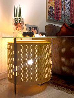 Mesa Tambor Palito Feita com Tambor de aço Inóx de máquina de lavar roupa com pintura eletrostática amarela, vidro de 8mm de espessura, jateado no centro. Iluminação interna. Pés palito de ex-cadeira antiga   Medidas 80cm x h55cm  www.designzero5.com  https://www.facebook.com/Design-Zero5-900721836697242/