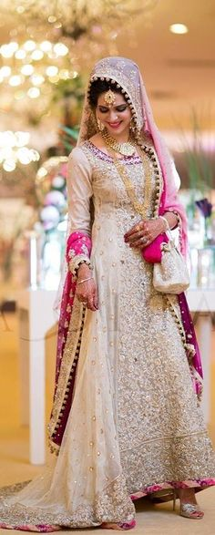 Latest bridal gowns collection consists of recent styles & designer of Asian barat, walima & mehndi wear wedding gowns in best styles & patterns! Pakistani Wedding Dresses, Indian Dresses, Indian Outfits, Fashion Mode, Covet Fashion, Bridal Lehenga, Bridal Gowns, Wedding Gowns, Desi Wedding