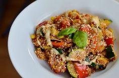 Wie der Titel schon sagt, ist dieses Gericht total simpel, geht schnell und ist dabei noch sehr gesund. Denn Quinoa enthält mehr als 13% Eiweiß (DA bekommen Veganer also ihre Proteine her! ;) ), au…
