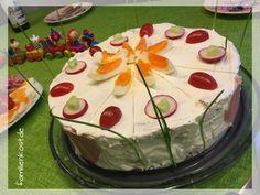 Eine Brottorte mit Frischkäse lässt sich mit unserem Rezept und Anleitung prima vorbereiten für Brunch, Geburtstag und Fans herzhafter Brottorten