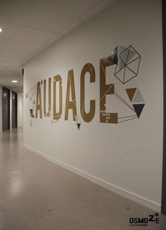 Décoration murale > Signalétique > Ecole Universite ISCOM > Couloir marquage contemporain