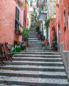 colorful streets of Cinque Terre via zioandsons