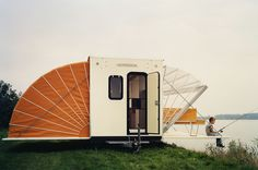 Originally conceived in Dutch designer Eduard Bohtlingk called his dream camper the De Markies. At first it doesn't look too different from an ordinary camper Little Campers, Cool Campers, Happy Campers, Camper Diy, Travel Camper, Tiny Camper, Truck Camper, Favelas Brazil, Mobile Living