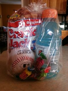 Treat bags for baseball! instead of the baseball--use the cookie Baseball Treats, Baseball Gifts, Baseball Season, Baseball Mom, Baseball Stuff, Baseball Bags, Softball Stuff, Baseball Equipment, Softball Mom