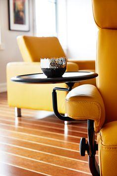 Mit dem praktischen, innovativen Stressless Swingtisch steigern Sie Ihren Comfort in einem Stressless Sessel. Dieser kleine, verstellbare Tisch bietet Platz für Ihre Fernbedienung, Tasse, Ihr Buch oder was immer Sie in Reichweite haben möchten. Er passt zu den meisten Stressless Sessel mit Classic (Holz-)Untergestell.