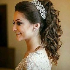 Cabelo preso ou solto? Meio termo! Penteado semi preso lindo dessa noiva que vi no ig @buquedanoiva. O acessório deixou perfeito, amei! 😍  -  #GoodNight #penteado #noiva #casamento #inspiração #reallybride #bride #weddingday #weddingideas #hair #instahair #instalike #love #beautiful 💟