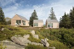This charming minimalist guesthouse (made up of three cabins) is located in Vinalhaven, an island off the coast of Maine in Penobscot Bay, USA.