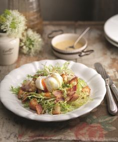 A healthy recipe that packs a high protein punch, this salad showcases the very best of fresh with a well-formed poached egg recipe taking centre stage. Created in less than 30 minutes, it is a quick meal recipe, it can be scaled up to serve more than four with ease, and it uses cling film to keep your egg in shape for the perfect poached egg.