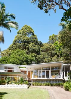 Top Ten Australian Homes of 2016 · Louise and Graeme Bell - The Design Files Mcm House, Facade House, House Exteriors, Design Blog, The Design Files, Casa Retro, Mid Century Exterior, Butterfly House, Australian Homes