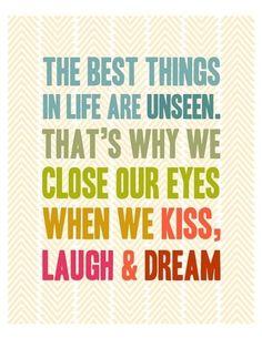 """Tradução livre: """"As melhores coisas da vida são invisíveis. Por isso é que fechamos os olhos quando beijamos, rimos e sonhamos"""""""