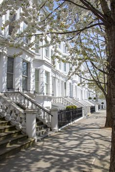 Notting Hill houses and trees with blossom - My ultimate London bucket list - Notting Hill has some of the most beautiful streets to wonder down with the iconic white Notting Hi - Notting Hill London, Hyde Park London, London City, Streets Of London, London Eye, London Townhouse, London House, London Apartment, Beautiful Streets