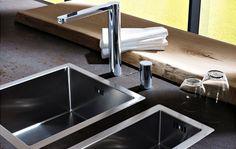 Salat waschen, Gemüse putzen: Die moderne Spüle ermöglicht zeitgleiches Arbeiten an zwei Becken.
