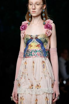 See all the Details photos from Gucci Spring/Summer 2016 Ready-To-Wear now on British Vogue Fashion Week, Runway Fashion, High Fashion, Fashion Show, Milan Fashion, Women's Fashion, Couture Details, Fashion Details, Trendy Dresses