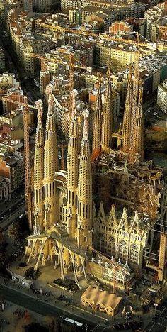 Antoni Gaudí (1852 -1926) was een Catalaanse architect. Hij ontwierp rond 1900 markante gebouwen en objecten, vooral in Barcelona, waarvan de Sagrada Família het bekendste is. Hij wordt beschouwd als een grondlegger van de organische architectuur.