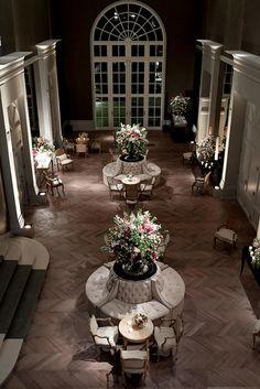 CZConnection no hotel Palácio Tangará - inspiração de decoração de casamento - foyer decorado com mobiliário clássico e arranjos de flores em rosa e marsala ( Decoração: Fábio Borgatto e Telma Hayashi | Fotos: Rejane Wolff )