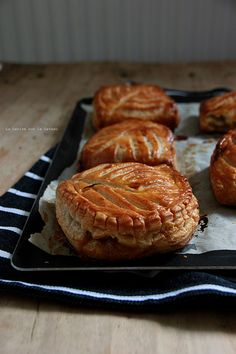 chaussons009 CHAUSSONS AUX POMMES (feuilletage inversé, compte de pommes à la vanille, brunoise de pommes caramélisées)