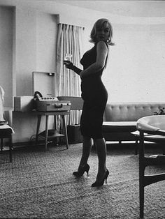 Marilyn Monroe photographed by Inge Morath in I think it's so sexy to catch a woman checking herself out in the mirror. Marylin Monroe, Marilyn Monroe Photos, Viejo Hollywood, Old Hollywood, Hollywood Actresses, Most Beautiful Women, Beautiful People, Stunningly Beautiful, Inge Morath