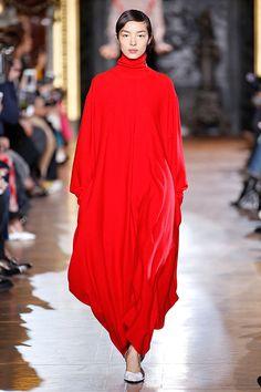 Oversize é a palavra-chave do outono-inverno 2016/17 de Stella McCartney desfilado na Semana de Moda de Paris.