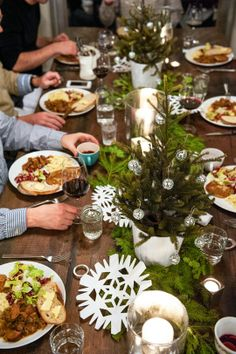 a lovely and simple tablescape for the holidays