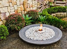 Make your own decorative cement bowl to give your garden a luxurious look. It can be used as a pot for plants, a fire pit or a pond - it's up to you! Concrete Art, Concrete Projects, Outdoor Projects, Outdoor Crafts, Garden Fountains, Garden Pots, Outside Fire Pits, Papercrete, Hosta Gardens