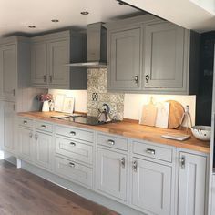 Choosing New Kitchen Cabinets Home Kitchens, Kitchen Remodel Small, Grey Kitchen Designs, Country Kitchen, New Kitchen, Home Decor Kitchen, Kitchen Room Design, Kitchen Interior, Kitchen Layout
