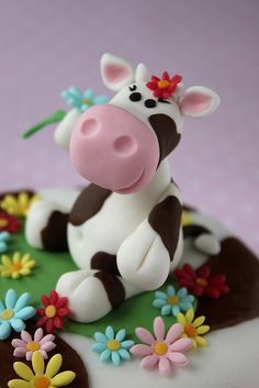 cute fondant daisies and fondant cow