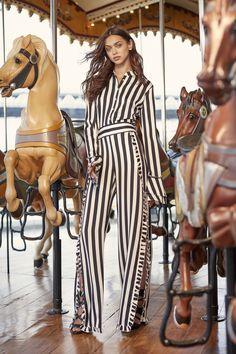 Nicole Miller Resort 2018 Fashion Show Collection Fashion 2018, World Of Fashion, Runway Fashion, Fashion Models, Fashion Outfits, Fashion Trends, Nicole Miller, Knit Fashion, Love Fashion