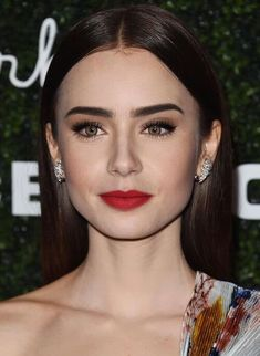 Great makeup by Lily Collins wearing red lipstick and eyeliner – Eyebrows Glam Makeup, Red Lips Makeup Look, Makeup Looks, Eye Makeup, Hair Makeup, Bridal Makeup Red Lips, Witch Makeup, Makeup Eyebrows, Clown Makeup