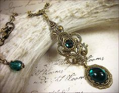 Tudor collier médiéval Renaissance Emeraude par RabbitwoodandReason