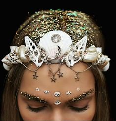 This girl creates magically awesome crowns out of seashells