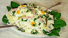 Ova hladna salata i pileća sa susamom su mi najčešće izbor za večeru. Prave se brzo, jednostavno, još i ako žurite idealna je. Odlične su leti, lagane i sočne, lako ćete je napraviti i kada dodjete sa posla. Za ovu salatu vam treba 15 minuta, a za pileću 30, jer se piletina mora skuvati. Sast
