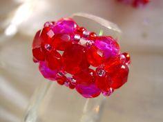 Nicht nur für farbenfrohe Gemüter ist dieser Ring in pink und rot  ein gute Laune Hingucker, ein echter Eyecatcher!   Trotz der Größe ist dieser Ri...