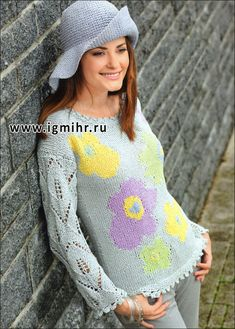 Пуловер с нежным цветочным мотивом и ажурными рукавами. Спицы