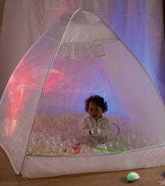 Ces cabanes permettent de créer facilement un espace fermé et délimité, dédié à l'exploration sensorielle. Montessori, Camper, Toddler Bed, Education, Party, Room, Kids, Design, Decor