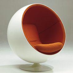 Eero Aarnio- Ball Chair, 1963 Designer finlandais, il est l'une des grandes figures design finlandais des années 1960. Bien qu'il soit dans le mouvement du Pop-Design, il refuse le concept de mobilier éphémère. (1932- )