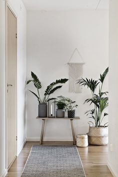 Apartment Living Ideas Hallway Corridor Hall Furniture Wardrobe Houseplants B Decor, Living Room Plants, Hallway Furniture, Plant Decor, Trendy Home, Apartment Decor, Hallway Decorating, Hall Furniture, Retro Home Decor