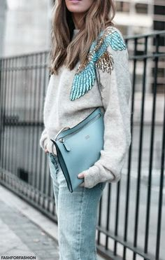 Gray sweater with sequins embellishment, light blue latge clutch bag, fuzzy gray sweater with blue and gold sequins Womens Fashion For Work, Look Fashion, Winter Fashion, Winter Outfits, Cool Outfits, Look Chic, Women's Fashion Dresses, Casual Chic, Style Me