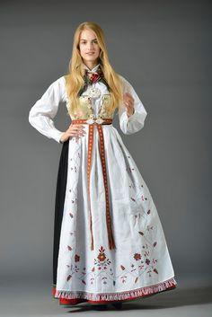 Bilderesultat for oslo bunad Ethnic Fashion, Womens Fashion, India Culture, Medieval Dress, Bridal Crown, Folk Costume, World Cultures, Traditional Dresses, Lady