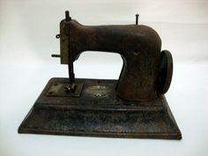 Mini máquina de costura infantil. Década de 50, by Brechó Charisma
