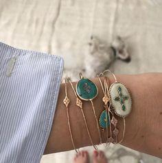 Accumuler les bracelets : 15 looks qui nous inspirent – Schmuck design Dainty Jewelry, Cute Jewelry, Bridal Jewelry, Gold Jewelry, Jewelry Bracelets, Jewelry Accessories, Jewelry Design, Women Jewelry, Diamond Earrings