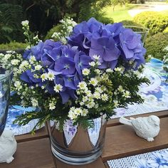 #mulpix Para inspirar e desejar uma florida semana a todos, detalhe de um dos nossos arranjos que enfeitaram nosso almoço de domingo com jogos americanos lindos da @obelonopapel. Hortênsia, Áster e Tuia! In love...   #hortensia  #hydrangea  #arrangement  #arranjo  #arranjofloral  #floresnaturais  #naturalflowers  #decor  #table  #tablescape  #mesa  #mesaposta  #myhome  #mygarden  #nofilter  #festaemfamilia