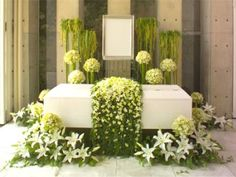 """Apart from being a florist chain, Hibiya Kadan is now offering traditional funeral services called """"One's Stage"""". The services include the actual funeral ceremony and oration, caske… Funeral Floral Arrangements, Church Flower Arrangements, Church Flowers, Condolence Flowers, Sympathy Flowers, Funeral Bouquet, Funeral Flowers, Arreglos Ikebana, Casket Flowers"""